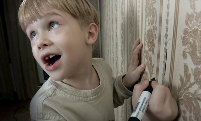 Cómo limpiar manchas de bolígrafo o rotulador en las paredes